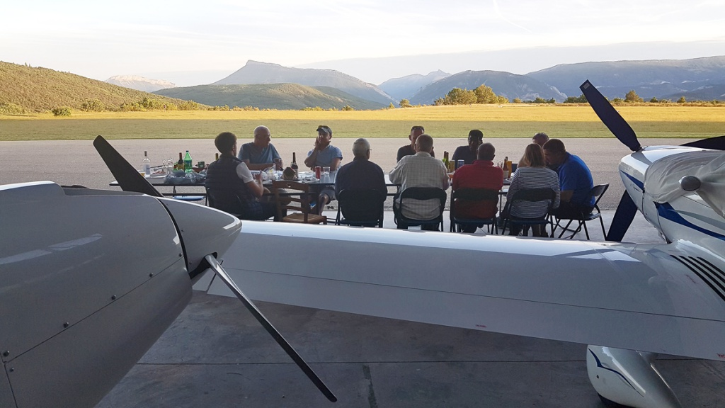 Soirée grillades chez Rémy (Alpine Flying School), sur l'aérodrome d'Aspres