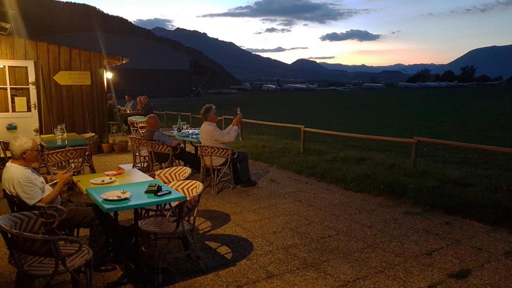 Repas du soir sur l'aérodrome, au « Cabanon », chez Lison