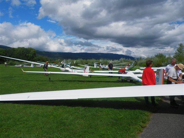 Tous les planeurs en piste pour le championnat de planeurs à Montricher